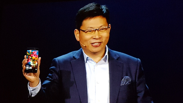 Richard Yu, CEO der Consumer Business Group von Huawei, zeigt das Flaggschiff-Smartphone Mate 9.