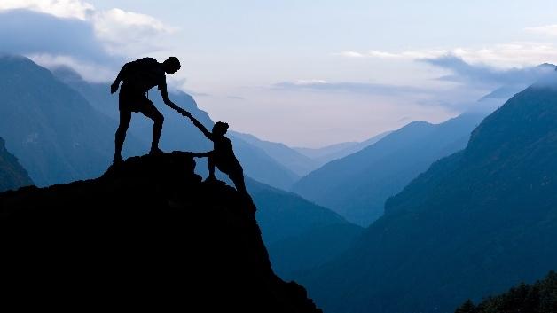 Der Weg an die Spitze ist schwer. Unternehmen sollten sich bei der Digitalisierung Hilfe suchen, meint Bitkom.