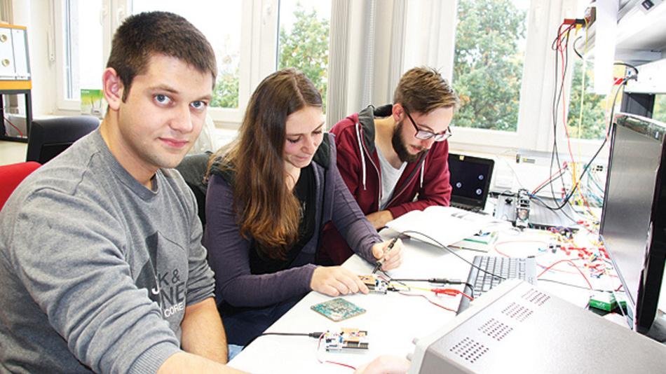 Bild 2. Joachim Hebeler, Catharina Schmiedeknecht und Christian Hoyer (von links nach rechts) von der Universität Kassel reichten ein Projekt zur Überwachung der Luftfeuchtigkeit im Smart Home ein.