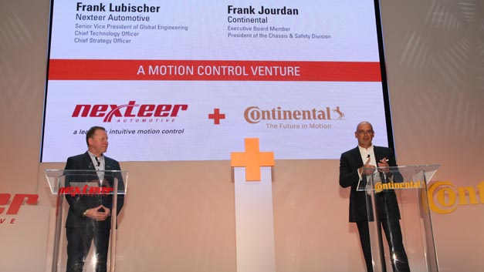 Frank Jourdan, Continental, und Frank Lubischer, Nexteer Automotive, verkündeten auf der NAIAS, dass beide Unternehmen ein Joint Venture gründen wollen.