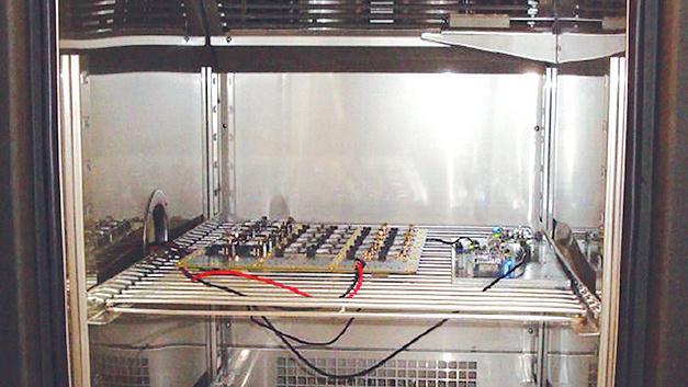Bild 1. Für die verschiedenen Temperaturtests – auch kombiniert mit Vibration – werden Funkknoten vernetzt in einer Klimakammer betrieben.