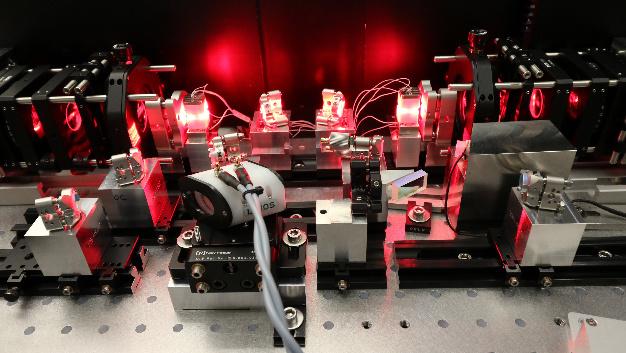 Labordemonstrator eines diodengepumpten Alexandrit-Lasers für klimarelevante Messungen in großer Höhe der Atmosphäre.
