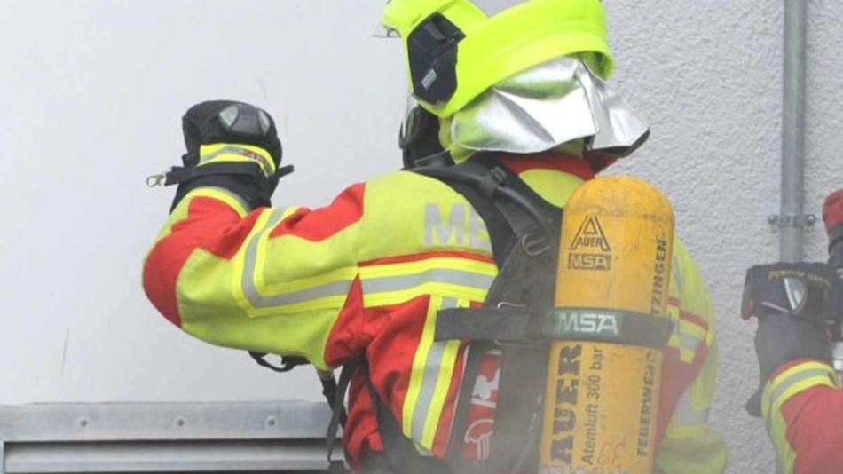 Der Handschuh enthält ein integriertes Digitalthermometer, mit dem Feuerwehrleute die Oberflächentemperaturen von Türen bestimmen können.