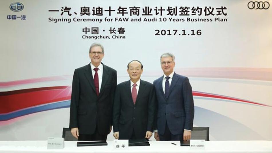 Unterzeichnung des 10-Jahres-Plan von FAW und Audi durch Prof. Dr. Jochem Heizmann, Präsident Volkswagen Group China, Xu Ping, Präsident FAW Group und Prof. Rupert Stadler, Vorsitzender des Audi-Vorstands.