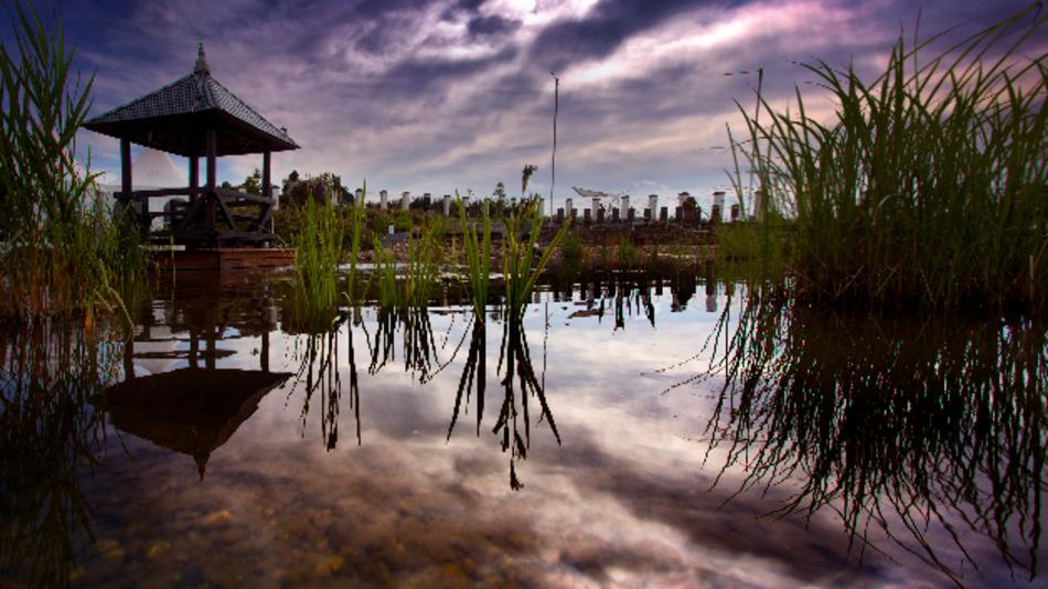 Der asiatische Garten bezaubert mit seinem See, Gebetsmühlen, Pagoden und Buddhafiguren.