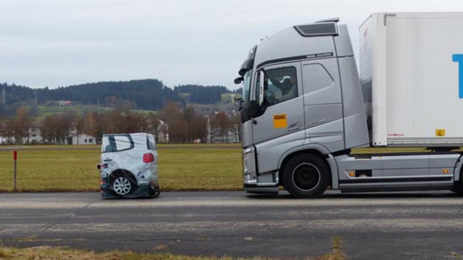 Beim ADAC-Test musste der Lkw mit 80 km/h u.a. auf eine stehende Pkw-Attrappe zufahren.
