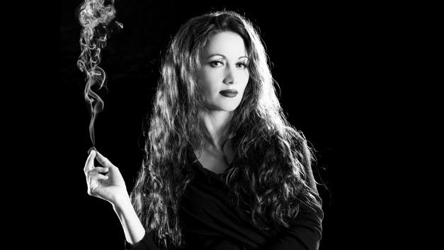 Powerchord pur! Zur NAMM-Show ließ Komponistin, Gitarristin und Ex-Flugkapitänin Gretchen Menn schon manches Plektron qualmen. Bourns eifert ihr 2017 nach