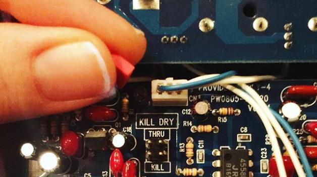 Amp it up! Gretchen Menn frisiert ihren Verstärker per versteckter Kill-Dry-Funktion