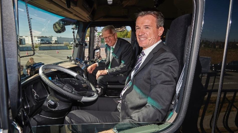 Ministerpräsident Winfried Kretschmann (l.) und Daimler-Vorstand Dr. Wolfgang Bernhard (r.) sitzen im Mercedes-Benz Actros.