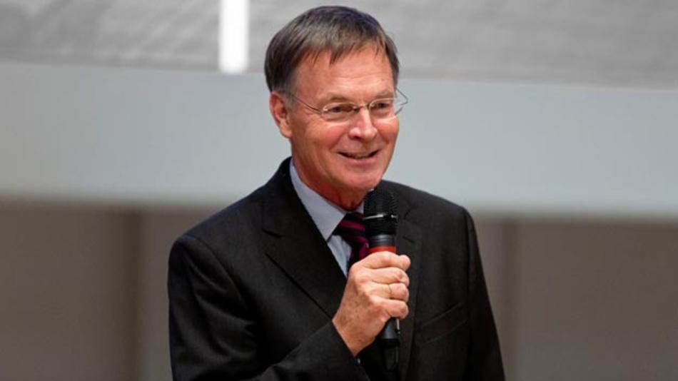 Der neue AUTOSAR-Sprecher, Dr.-Ing. Thomas Scharnhorst war lange Jahre bei Volkswagen, wo er während dieser Zeit bereits einmal zum AUTOSAR-Sprecher gewählt wurde. Zurzeit ist er Partner bei WiTech-Engineering und veranstaltet außerdem Seminare zur Sicherheit im Bereich der Fahrzeugelektronik.