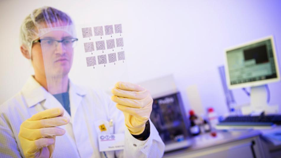 Arbeiten im neuen Forschungsreinraum der CTR Carinthian Tech Research AG in Villach.