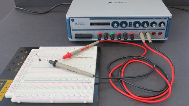 Die VirtualBench unterhält ein 5,5-Stellen-CAT-II-Multimeter.