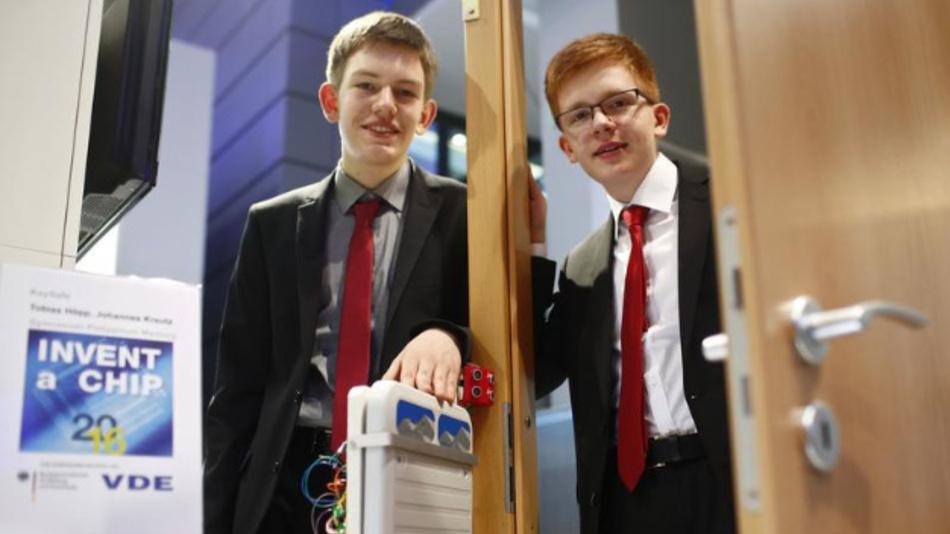 Die Sieger von Invent a Chip 2016: Tobias Höpp und Johannes Kreutz vom Gymnasium Philippinum in Marburg.