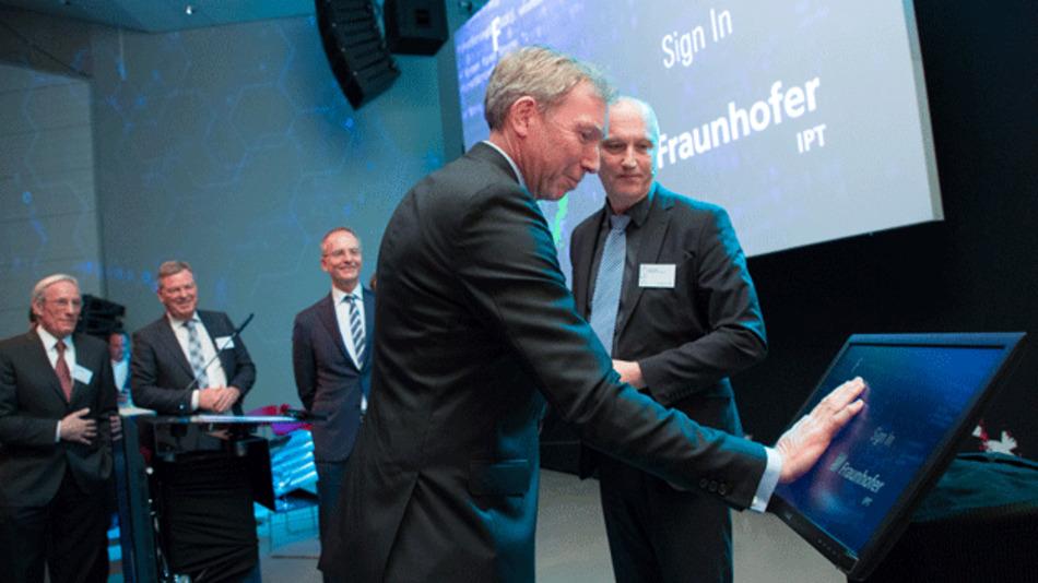 Victor van der Chijs, Präsident der Universität Twente, beim Eröffnungsakt des neuen Fraunhofer-Forschungszentrums.