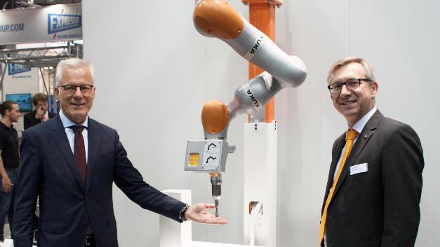 Die Vorentwicklung zur Werkzeugspitzenabsicherung eines KUKA LBR iiwa wurde erstmalig auf der Motek 2016 am KUKA-Stand von Thomas L. Zawalski (Geschäftsführung Mayser) und Henning Borkeloh (Bereichsleiter KUKA Systems) präsentiert.