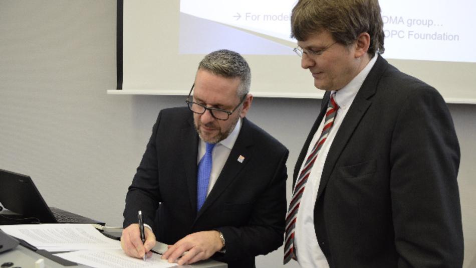 Patrick Schwarzkopf, Geschäftsführer VDMA Robotik+Automation (links), und Stefan Hoppe, OPC Foundation Global Vice President, bei der Unterzeichnung des Memorandum of Understanding