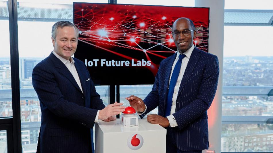 Eröffnung des IoT-Future-Lab: Vodafone CEO Hannes Ametsreiter und Vodafone CTO Eric Kuisch in Deutschlands erstem Narrowband-IoT Entwicklungszentrum