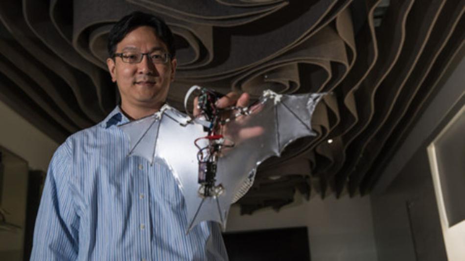 Soon-Jo Chung, Mitverfasser der Studie, die in Science Robotics erschienen ist, hält den Fledermaus-Roboter.