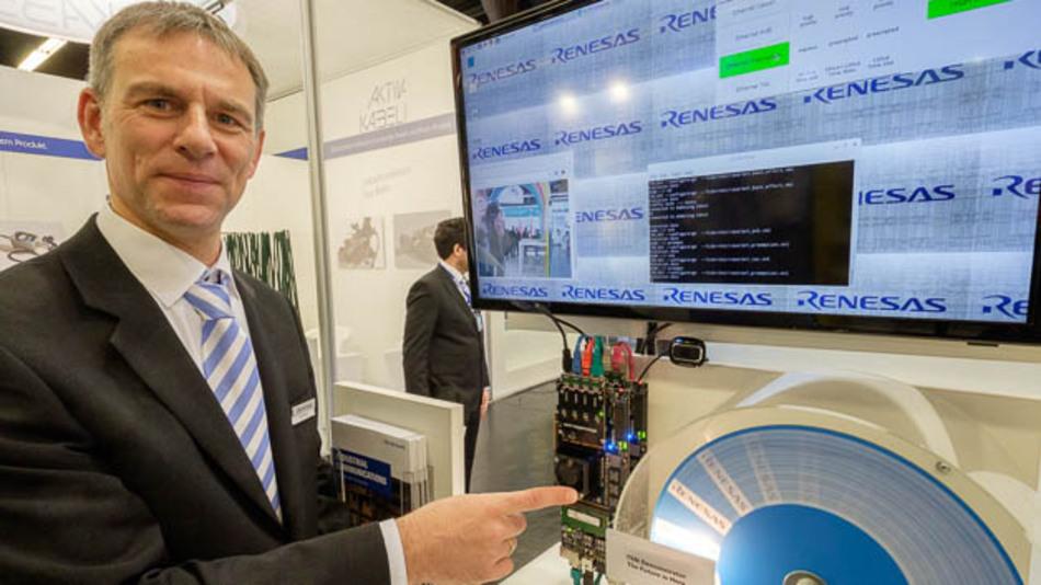 Arno Stpck, Principal Engineer bei Renesas, führt einen TSN-Demonstrator auf der SPS IPC Drives 2016 vor.