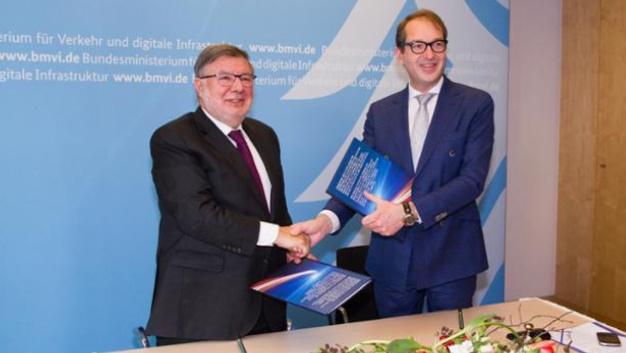 Bundesminister Alexander Dobrindt (rechts) und der französische Staatssekretär Alain Vidalies (links).