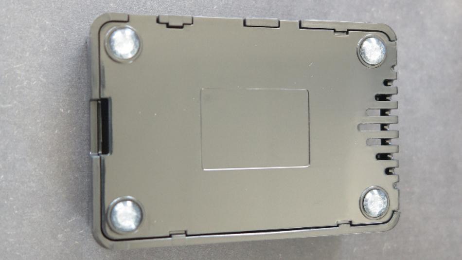 Mit vier  3M-Klebsockeln steht der Pi solide auf dem Labortisch.