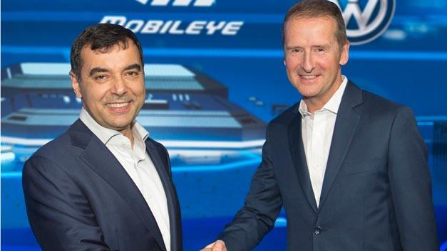 Prof. Amnon Shashua, Vorstandsvorsitzender und technischer Direktor von Mobileye (links) und Dr. Herbert Diess, Vorstandsvorsitzender der Marke Volkswagen bei der Vereinbarung zur Erstellung neuer Navigationsdaten.