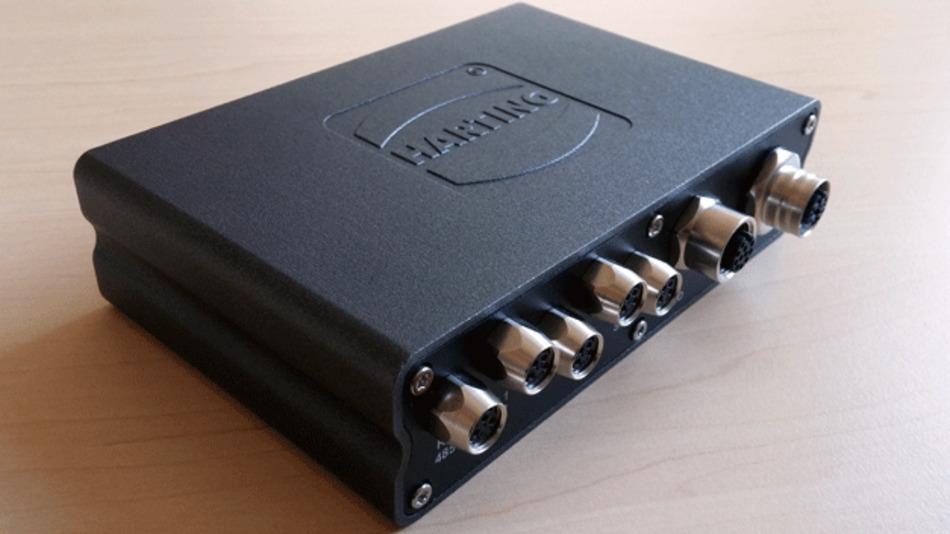 Neben den beiden Anschlüssen ganz rechts (PoE und I/O) befinden sich vier S0-Anschlüsse zum Auslesen von Elektrizitätszählern. Ganz links ist ein RS-485-Anschluss.