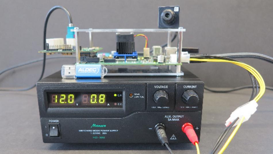 Das TySOM-Board wird aus dem Labornetzteil zur Gesichtserkennungs-Demonstration versorgt.
