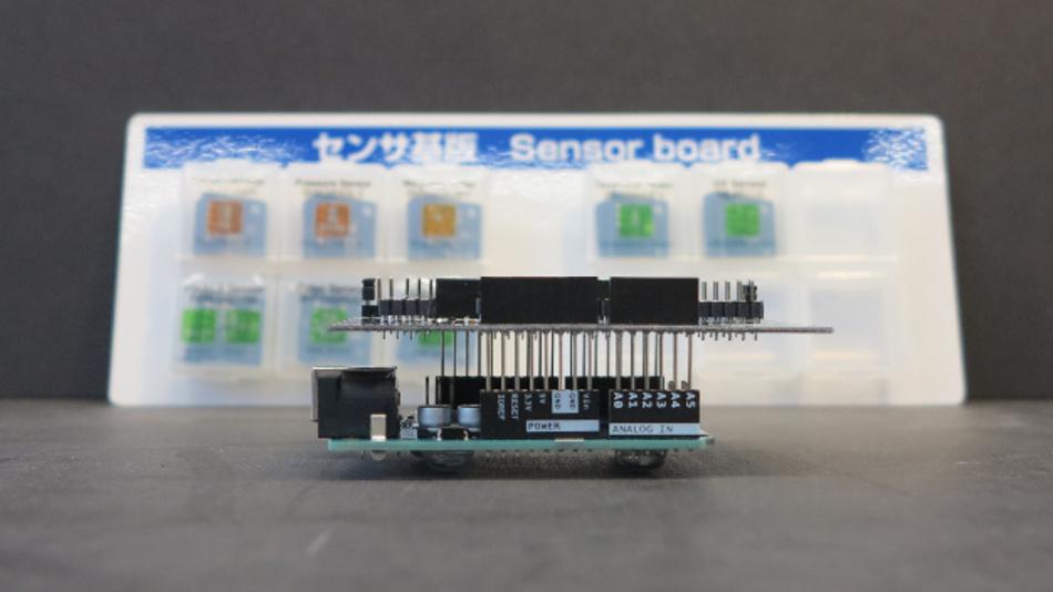 Das ROHM SensorShield-EVK-001 wird auf den Arduino Uno gesockelt.