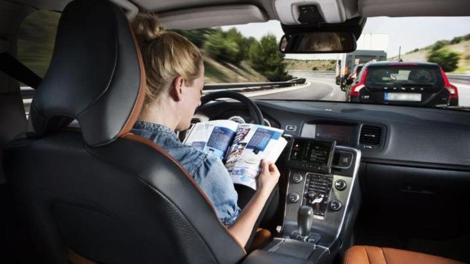 Autonomes Fahren birgt den Vorteil, dass man Fahrzeit sinnvoll nutzen kann.
