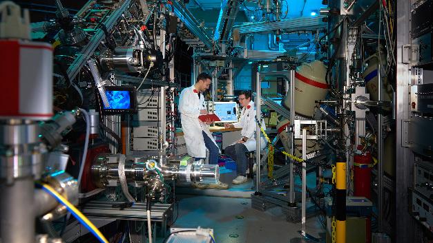 Die Wissenschaftler Thomas Gigl und Stefan Seidlmayer waren an den Forschungsarbeiten beteiligt. Hier sind sie an der Positronenquelle Nepomuc zu sehen.