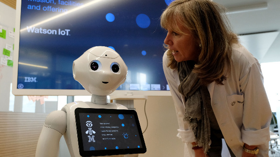 Pepper heißt die kleine Roboterdame, die die Besucher am Eingang des Industry Labs im Watson IoT Center begrüßt. Sie antwortet artig auf Fragen von Heike Kammerer, Watson IoT Industry Lab Leader