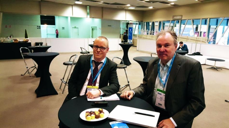 Dr. Gerald Deboy (rechts), einer der Väter des »CoolMOS«, im Gespräch mit Redakteur Ralf Higgelke, DESIGN&ELEKTRONIK.