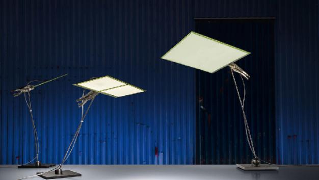 Lichtdesigner Ingo Maurer präsentiert im Innovation Showcase eine seiner exklusiven OLED-Lampen