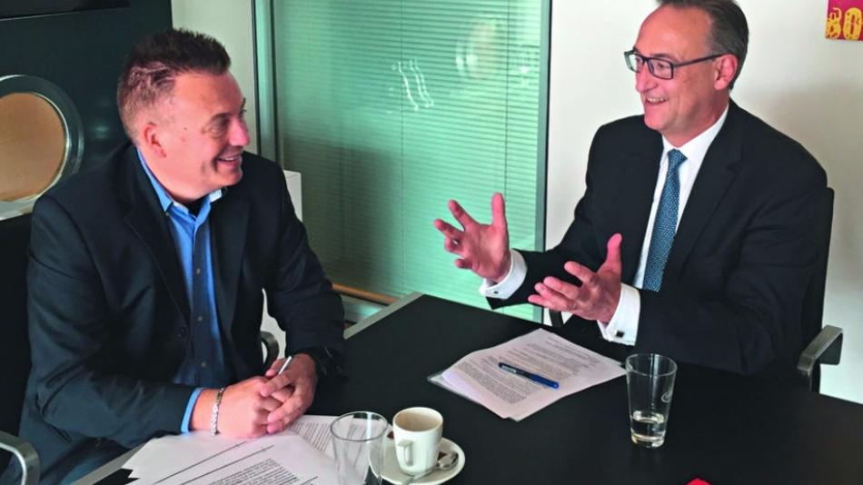 Infineon-Vorstand Dr. Helmut Gassel (rechts) mit DESIGN&ELEKTRONIK-Chefredakteur Frank Riemenschneider.