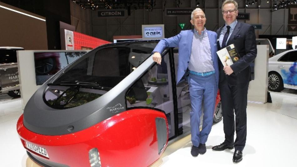 """Frank M. Rinderknecht (links), CEO der Rinspeed AG, und Detlef Sieverdingbeck, Zentralbereichsleiter Publizistik und Kommunikation bei HARTING, vor dem """"Oasis""""."""