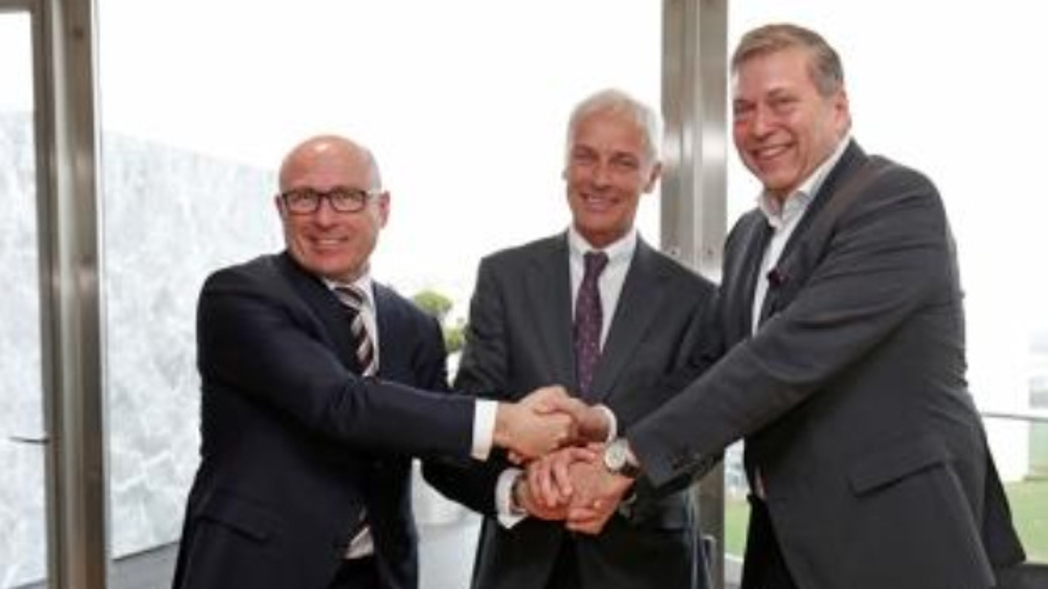 Matthias Müller, Vorstandsvorsitzender der Volkswagen AG, Bernhard Maier, Vorstandsvorsitzender von Škoda Auto und Günther Butschek, CEO und Managing Director von Tata Motors, haben ein »Memorandum of Understanding« (MoU) unterzeichnet.