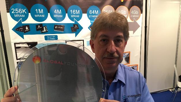 Phill LoPresti, CEO von Everspin, mit einem 300-mm-Wafer, auf dem sich 1GBit-ST-MRAMs befinden. Die Roadmap zu höheren Speichersichten steht bereits.