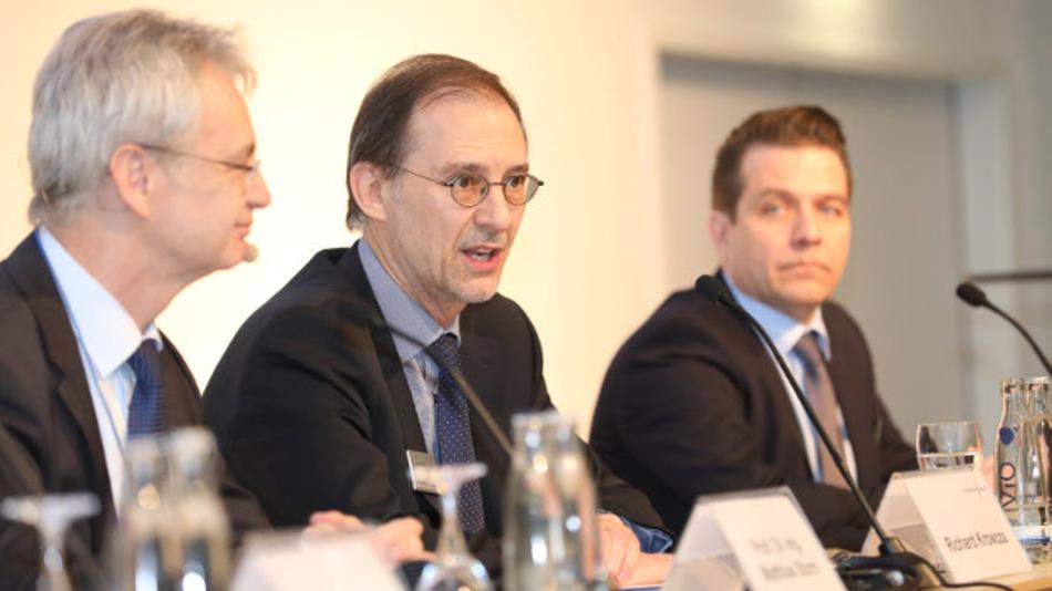 Prof. Dr. Matthias Sturm, Vorsitzender des Fachbeirats der embedded world, Richard Krowoza, Mitglied der Geschäftsleitung MesseNürnberg, und Bertold Brackemeier, Manager Public Relations MesseNürnberg, (v.l.n.r.) bei der Eröffnungspressekonferenz.