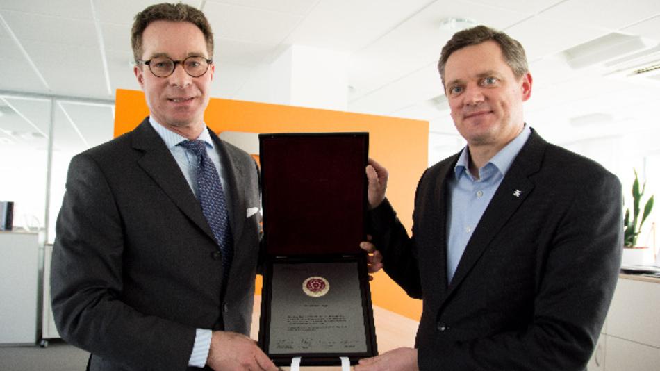 Stolz präsentiert Weidmüller Vorstandssprecher Jörg Timmermann (re.) im Beisein von Stefan Heidbreder (li.), Geschäftsführer der Stiftung Familienunternehmen, die bedeutende Auszeichnung.