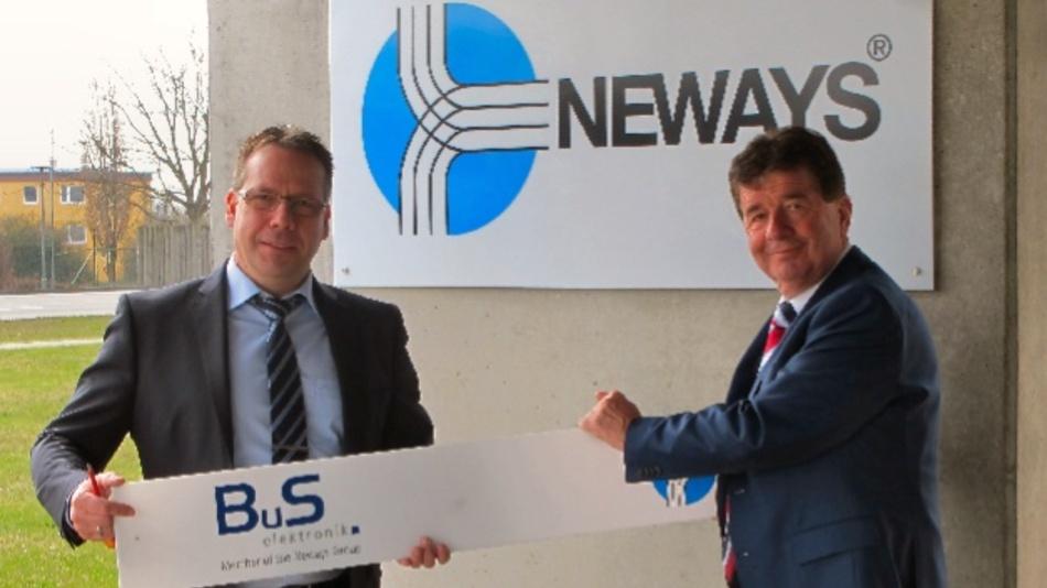 Oliver Seifert (li.) und Huub van der Vrande (Vorstand Neways Electronics International) schrauben das BuS-Logo vom Firmengebäude in Riesa ab.