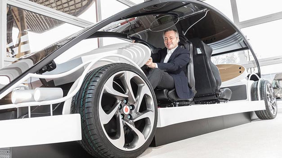 Vodafone CEO Hannes Ametsreiter testet auf der Cebit die Zukunft des Autofahrens: Zusammen mit Audi und Huawei zeigt der Mobilfunkanbieter sowohl auf der Teststrecke als auch in der virtuellen Realität die künftige vernetzte Mobilität.