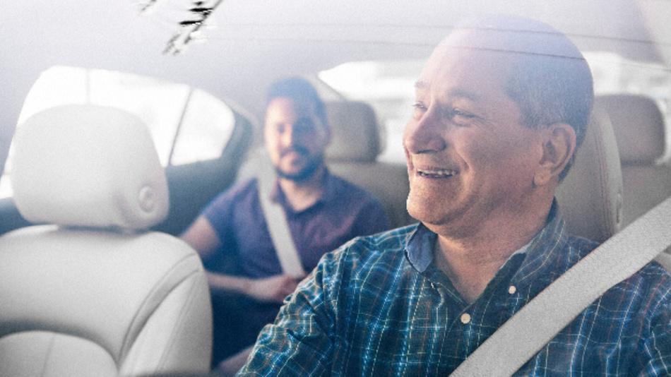 So schön könnte es sein: Glücklicher Fahrgast und glücklicher Fahrer auf der Website von Uber