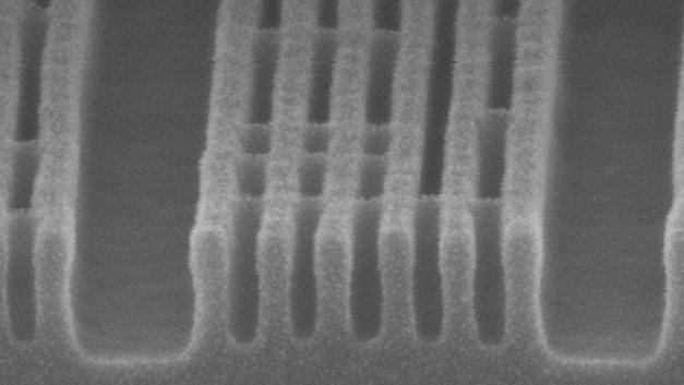 Strukturierung von metal2 mit 32-nm Pitch durch 'SAQP plus EUV' Block (XSEM-Abbildung).