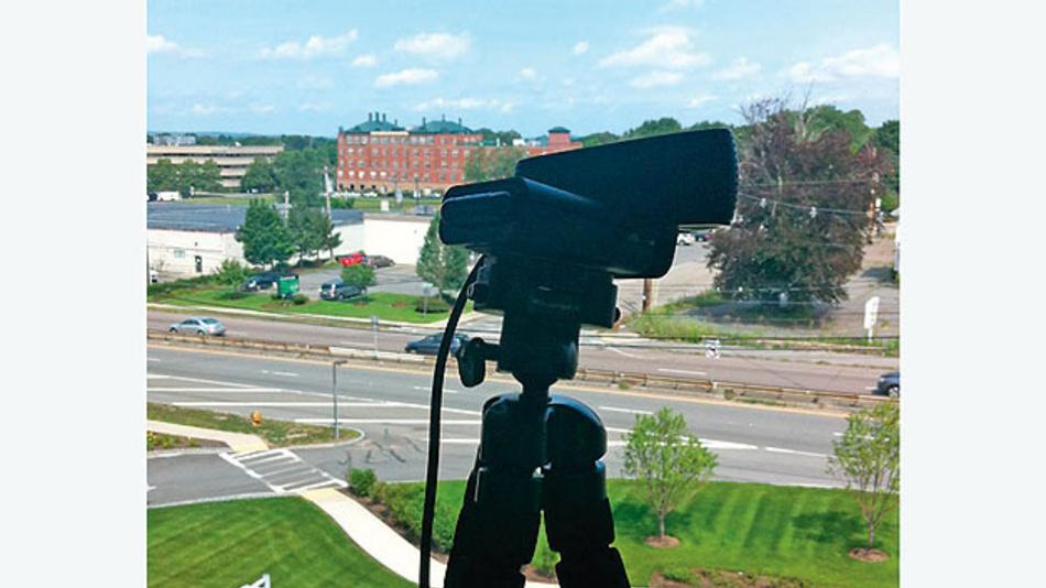 Bild 1. Webcam-Aufbau mit Stativ und Blick auf die Route 9, die am MathWorks-Campus in einem Vorort von Boston, MA, vorbeiführt.