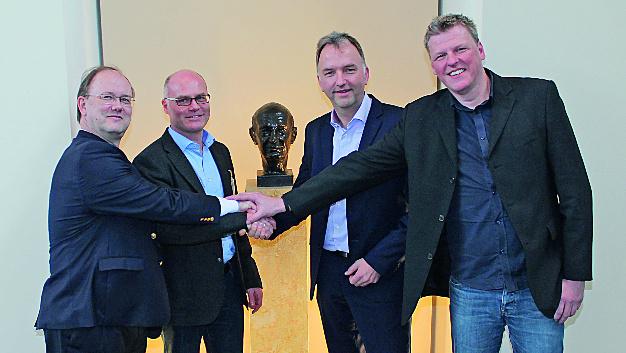 Besiegeln den Erwerb der Mehrheitsbeteiligung: Frank Maier (Lenze), Edgar Schüber (Logicline), Christoph Ranze (Encoway) und Klaas Nebuhr (Encoway).