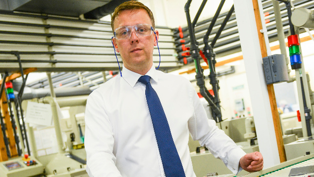 Mick Taylor, kaufmännischer Geschäftsführer des Ätztechnik-Spezialisten Precision Micro aus Birmingham, England, hat allen Grund, das 10-jährige Bestehen des Standortes zu feiern, denn das Unternehmen hat in 2016 sein Jahresumsatzziel von 12 Millionen Pfund erreicht.