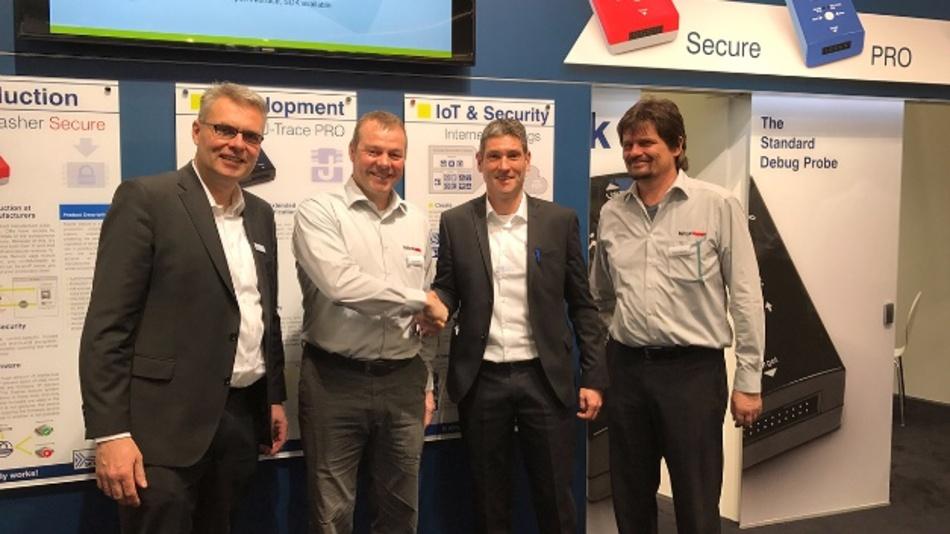 Harald Schober (Segger), Jörg Stender (Hitex), Ivo Geilenbrügger (Segger) und Roland Bickel (Hitex) vereinbarten auf der embedded world 2017 ihre Zusammenarbeit (v.l.n.r.).