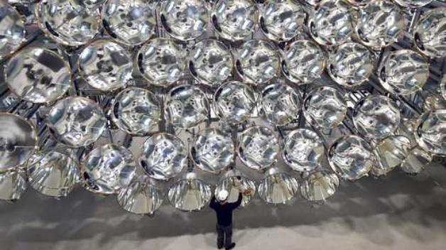Synlight, die künstliche Sonne von Jülich, besteht aus 149 Xenon-Kurzbogenlampen mit Leistungen bis 350 kW. Auf eine Fläche von 20 mal 20 Zentimeter fokussiert, führt dies zu einer enormen Intensität des künstlichen Sonnenlichts und zu den hohen Temperaturen bis 3000 °C.