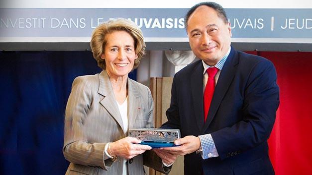 Caroline Cayeux, Senator, Bürgermeisterin von Beauvais und Präsidentin der Konurbation Beauvais und Isbrand Ho, Geschäftsführer von BYD Europe bei der Bekanntgabe, dass BYD in die Region Beauvais investiert.